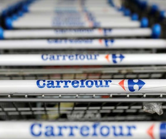 Man dies in Carrefour Brasil store, left covered with umbrellas as store stays open
