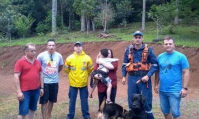 Criança é encontrada com ajuda de cachorro dos bombeiros depois de duas horas de buscas em SC