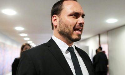 """Com foto do BBB, Carlos Bolsonaro acusa Globo de causar """"aglomeração do bem"""""""