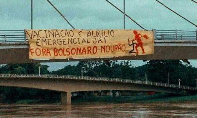 """Moradores de Rio Branco (AC) """"recepcionam"""" Bolsonaro com faixa de protesto"""