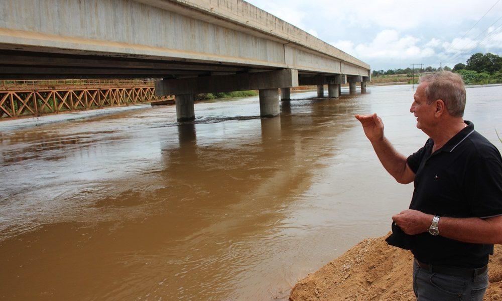 Adelino Follador acompanha obra de aterros e recuperação de ponte velha na BR-421