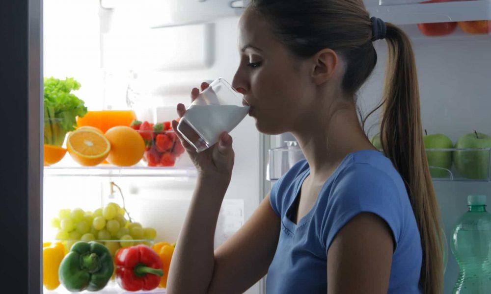 Mito ou fato: Beber leite à noite induz o sono e ajuda a dormir melhor?