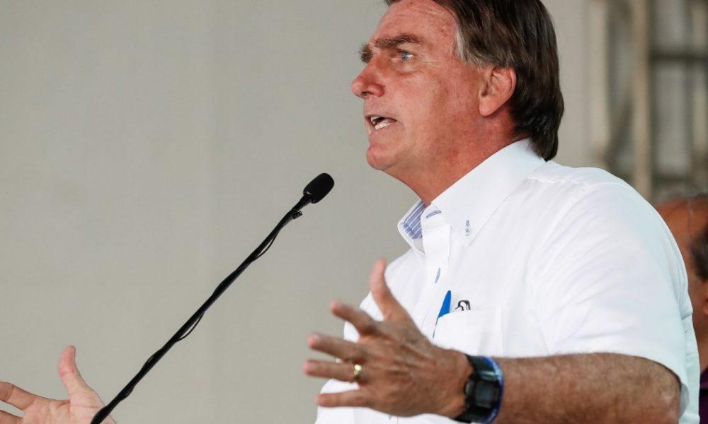 """Bolsonaro ironiza cobranças por mais vacinas: """"Só se for na casa da tua mãe"""""""