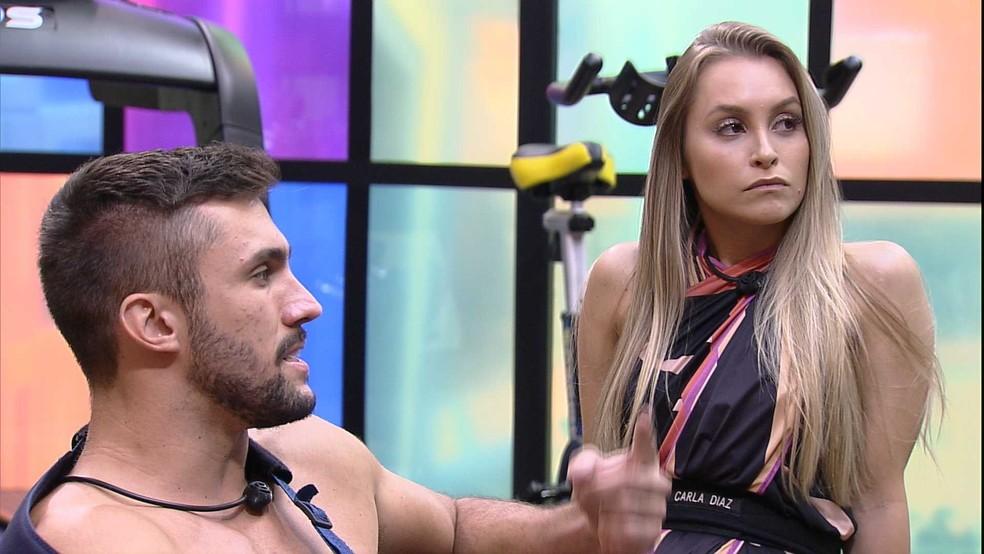 Na academia do BBB21, Carla Diaz pergunta para Arthur: 'Se você pega o Anjo hoje, dá para quem?'