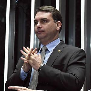 Flávio Bolsonaro sofre acidente de quadriciclo no Ceará