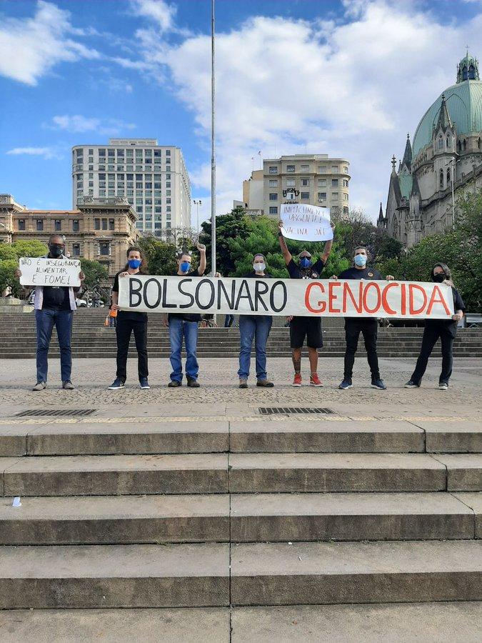 """Heloisa de Carvalho exibe faixa """"Bolsonaro genocida"""" e desafia: """"Vai mandar prender a filha do seu guru?"""""""