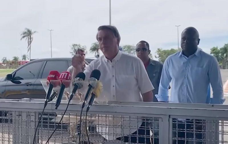 Jornalista denuncia que seguranças de Bolsonaro apontaram arma para a imprensa