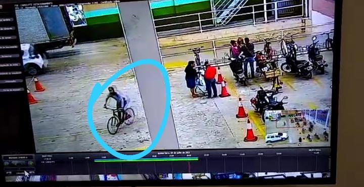 """Vídeo: Após registros do """"ladrão de capacete"""", """"ladrão de bike"""" é flagrado por câmeras furtando bicicleta"""