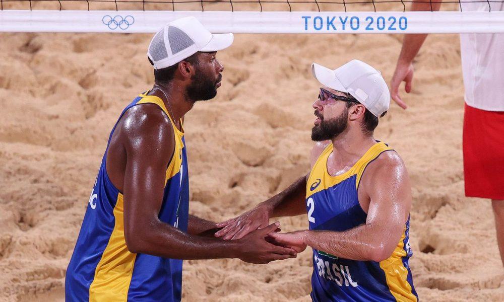 Evandro e Bruno Schmidt avançam às oitavas no vôlei de praia