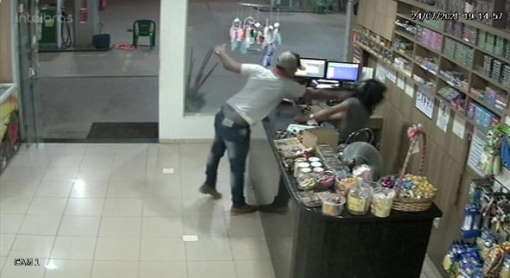 Assista: Homem dá soco e desmaia caixa de posto de combustível, em Cacoal