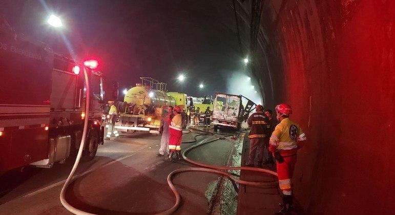 Caminhão pega fogo na Imigrantes (SP) e causa congestionamento