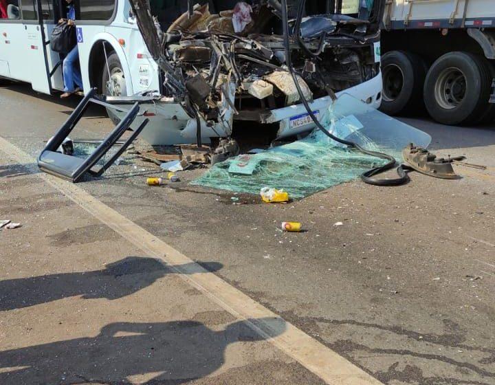 Ônibus bate em caminhão baú e 6 ficam feridos;  Veja o Vídeo