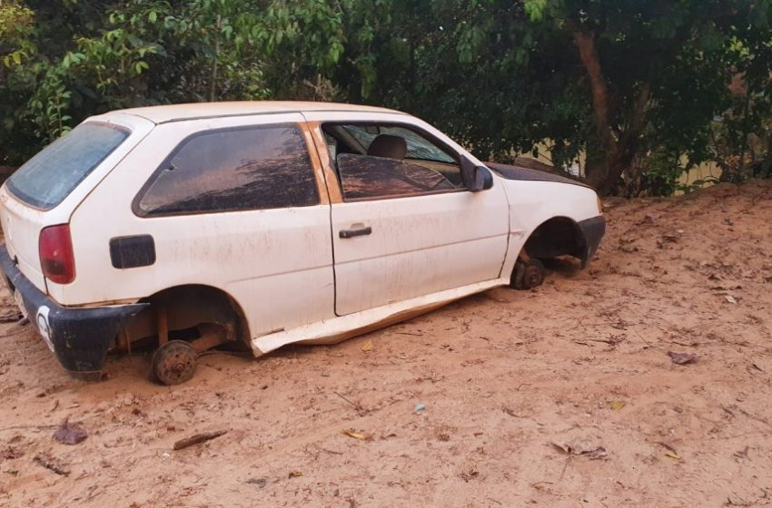 """Jaru: Veículo abandonado em beira de rio começa a ser """"depenado"""""""