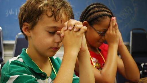 Alunos do Tennessee, pais se reúnem para orar após a restrição de oração do conselho escolar