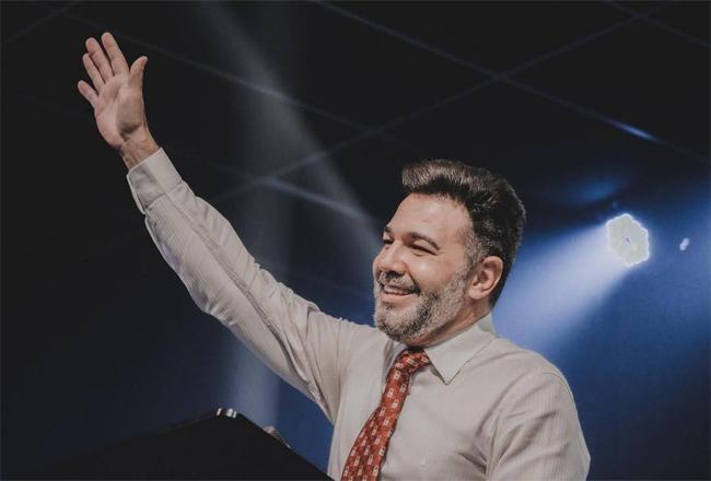 O pastor Marco Feliciano recebe felicitações dos famosos e elogios de Silas Malafaia