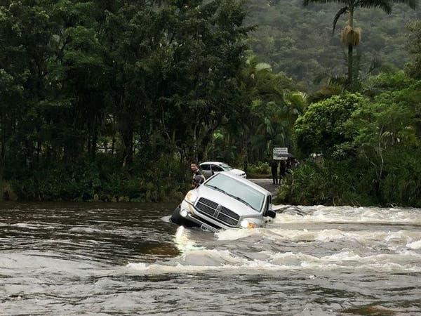 Carro de luxo tenta atravessar ponte e cai em rio de Garuva