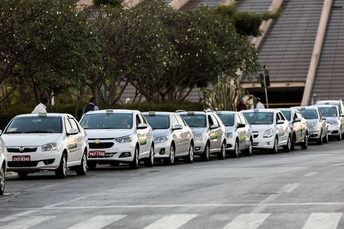 Permissionários de táxis do DF têm 60 dias para atualizar dados.  Veja como