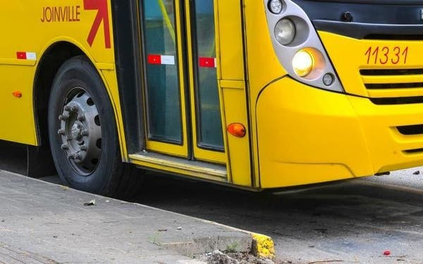 """Por que linhas de ônibus ainda não voltaram ao """"normal"""" em Joinville aos domingos"""