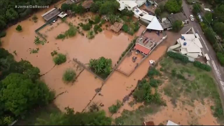 Chuva forte provoca estragos e deixa desalojados na região histórica de Ouro Preto (MG)