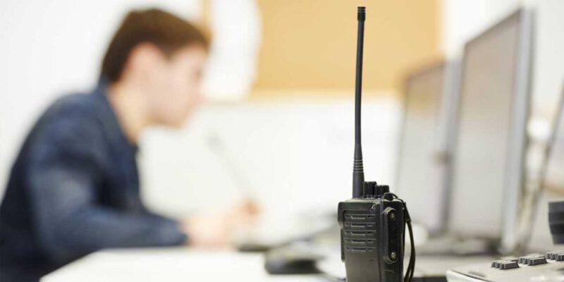 RO: Funcionários de site de notícias são conduzidos por utilizarem frequência de rádio ht da PM