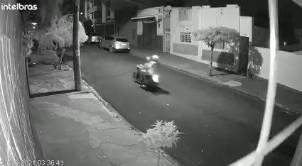 Vídeo |  Dupla furta motocicleta durante a madrugada em Ribeirão
