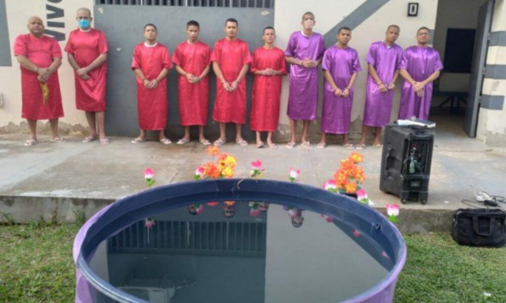 Dez presos aceitam Jesus e são batizados em caixa d'água, no Acre
