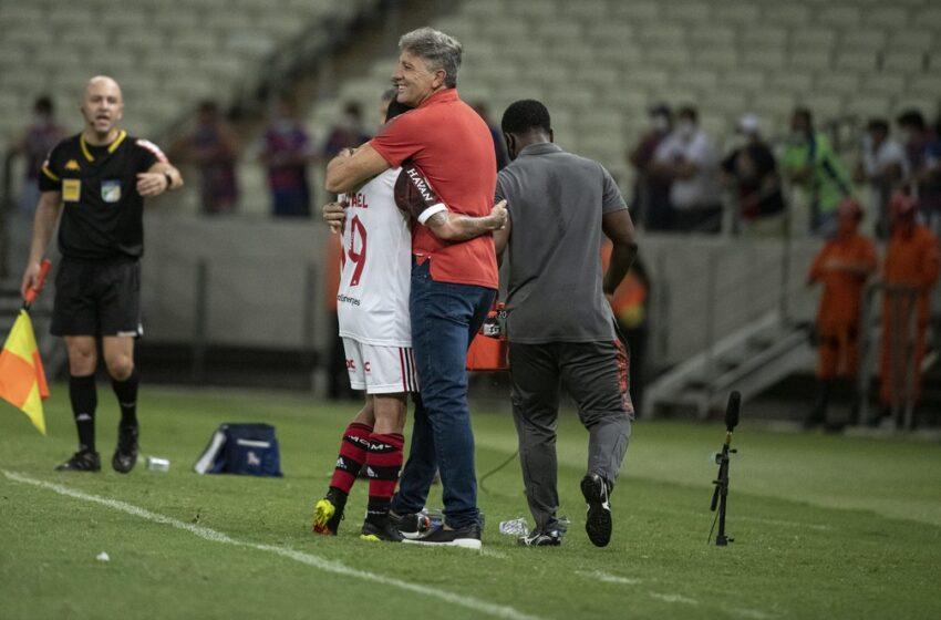 """Renato vai além do """"paizão"""" e ajuda na melhora da performance de Michael no Flamengo"""
