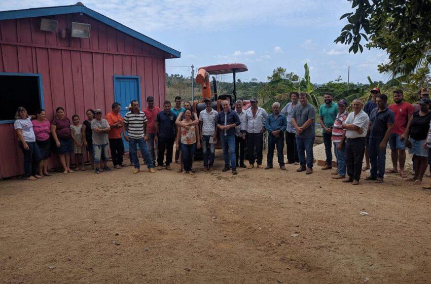 Mais três associações rurais recebem equipamentos agrícolas destinados pelo deputado Ezequiel Neiva